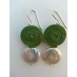 Pendiente de plata, silicona verde y perla plana